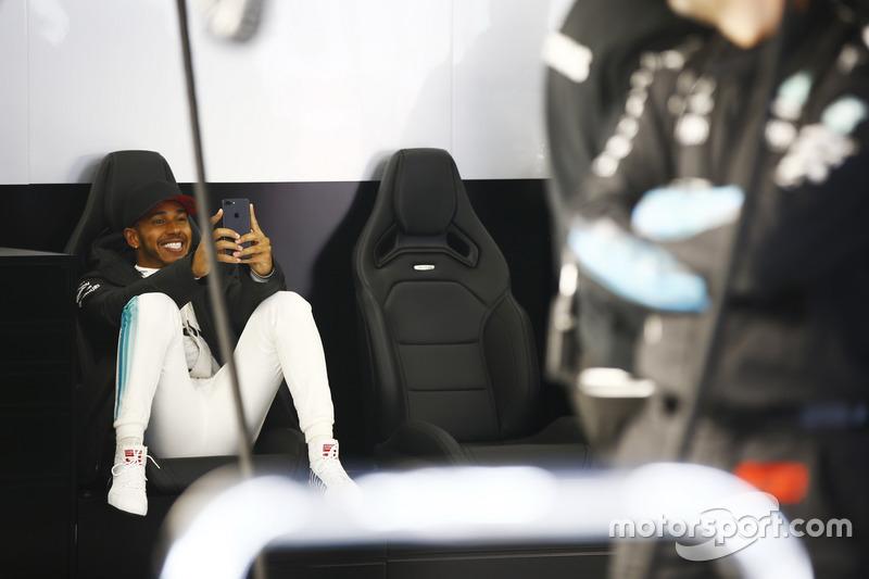 Lewis Hamilton, Mercedes AMG utiliza su teléfono móvil en el box durante la cancelada sesión de FP2