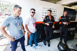 I ciclisti Mark Cavendish e Mark Renshaw nel box McLaren