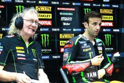 Johann Zarco, Monster Yamaha Tech 3 con un miembro del equipo