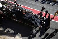 عودة سيارة فرناندو ألونسو، مكلارين هوندا الى حظيرة الفريق بعد توقفها