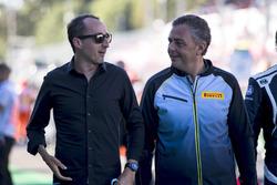 Robert Kubica con Mario Isola, Pirelli en la parrilla