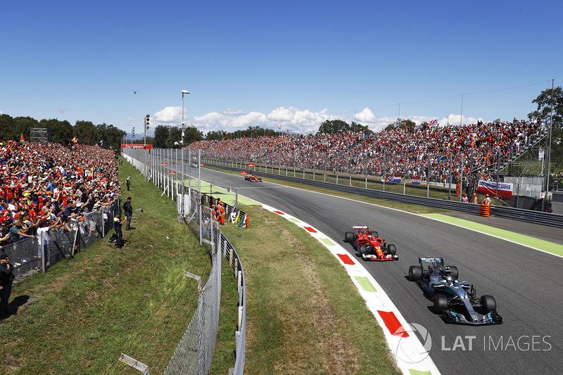 Valtteri Bottas, Mercedes AMG F1 W08, Kimi Raikkonen, Ferrari SF70H di Parabolica
