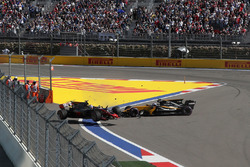 Romain Grosjean, Haas F1 Team VF-17 and Jolyon Palmer, Renault Sport F1 Team RS17 collide