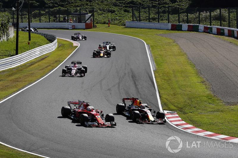 Max Verstappen, Red Bull Racing RB13, pasa a Sebastian Vettel, Ferrari SF70H,