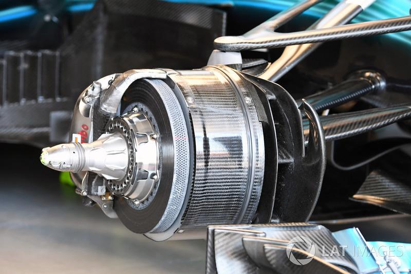 تفاصيل محور الإطار الأمامي لسيارة مرسيدس