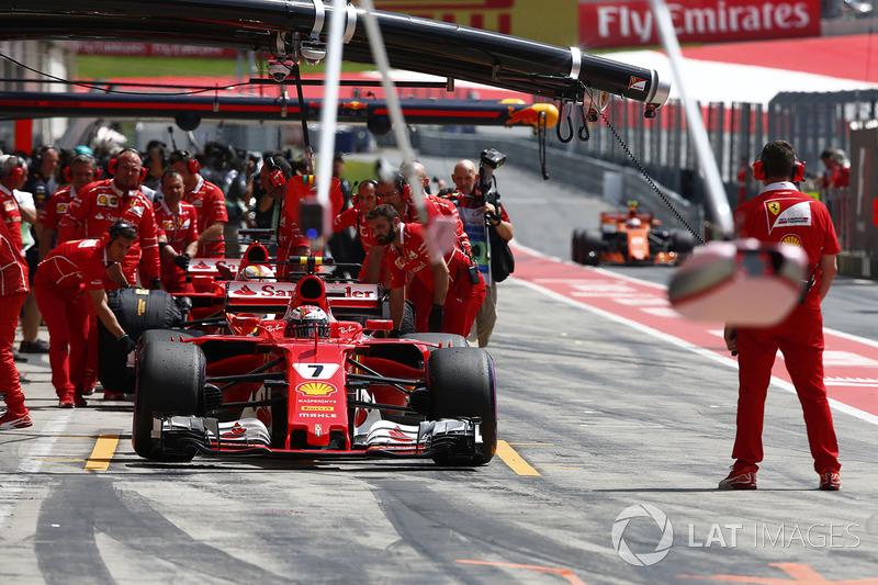 Kimi Raikkonen, Ferrari SF70H, en los pits