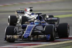 Marcus Ericsson, Sauber C36, devant Felipe Massa, Williams FW40