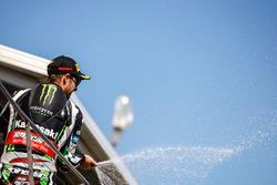 Podio: ganador Jonathan Rea, Kawasaki Racing celebra con champagne