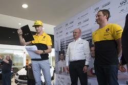 Nico Hulkenberg, Renault F1 Team, anuncia el ganador de la final 2017 INFINITI Ingeniería Academia c