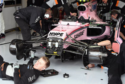 Mecánicos trabajan en el  Sahara Force India VJM10 de Esteban Ocon