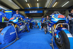 Atmósfera de garaje equipo Suzuki MotoGP