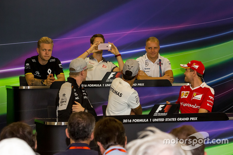 Romain Grosjean, Haas F1 Team takes a photo of Lewis Hamilton, Mercedes AMG F1 in the FIA Press Conference