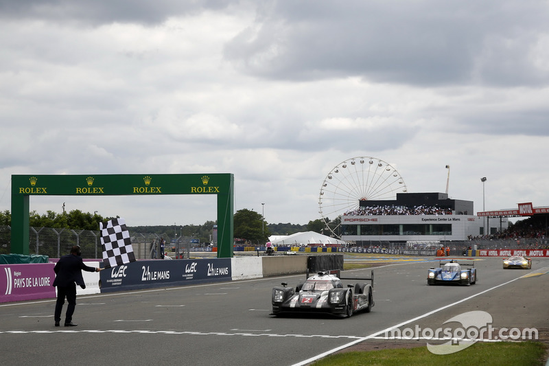 Checkerd flag for the race winner #2 Porsche Team Porsche 919 Hybrid: Romain Dumas, Neel Jani, Marc Lieb