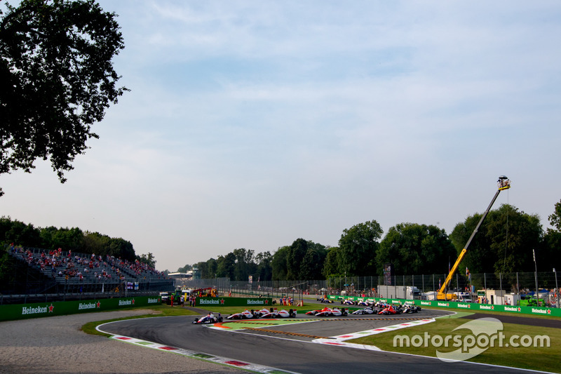 Antonio Fuoco, Trident leads Alexander Albon, ART Grand Prix and the rest of the field at the start of the race