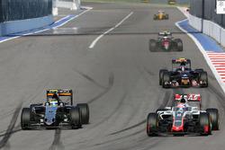 Max Verstappen, Scuderia Toro Rosso STR11 ve Sergio Perez, Sahara Force India F1 VJM09