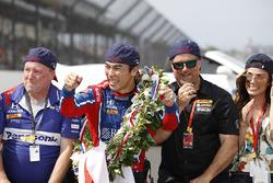 Takuma Sato, Andretti Autosport Honda with Michael Andretti, Andretti Autosport team owner and team on the bricks for a kiss