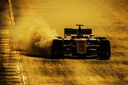 Stoffel Vandoorne, McLaren MCL32 locks up under braking