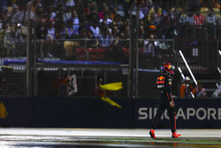 Гонщик Red Bull Racing Макс Ферстаппен возвращается в боксы после аварии