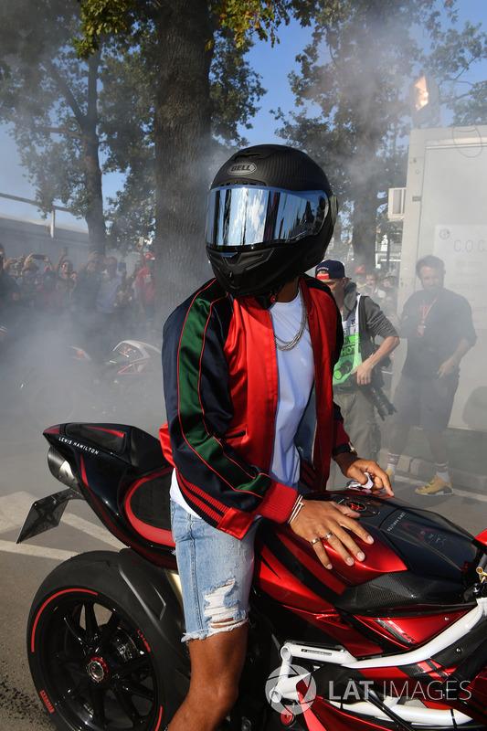 Lewis Hamilton, Mercedes AMG F1 quema rueda