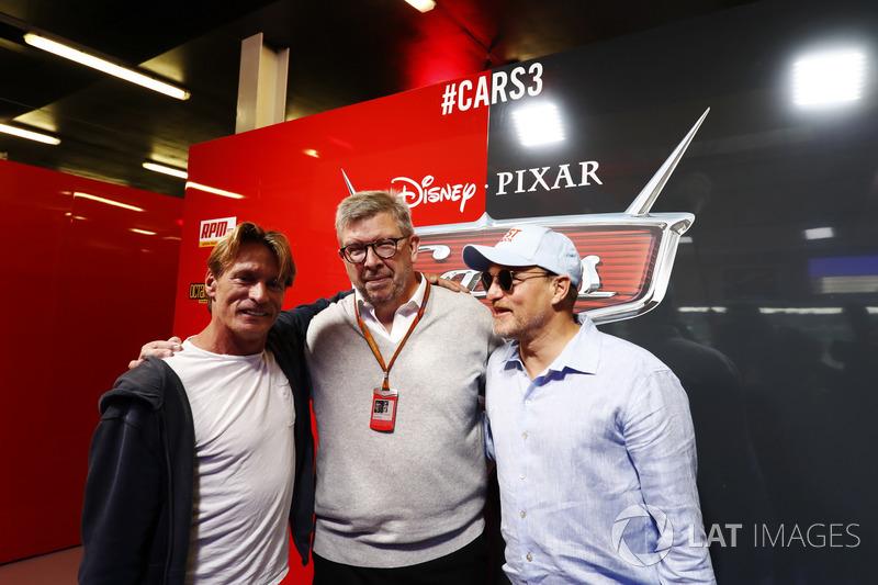 Ross Brawn, Director General de deportes, FOM, en el garaje de CArs 3  promocional con, Woody Harrelson