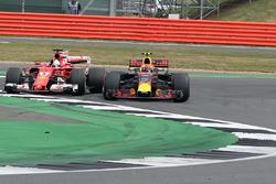 Sebastian Vettel, Ferrari SF70H ve Max Verstappen, Red Bull Racing