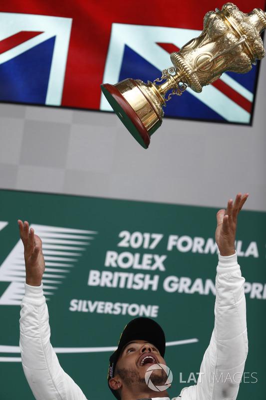 Podio: Ganador de la carrera Lewis Hamilton, Mercedes AMG F1, deja caer el trofeo en el aire