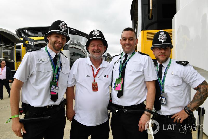 Paul Stoddar con Police