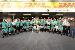 Гонщики Mercedes AMG F1 Валттери Боттас и Льюис Хэмилтон празднуют с командой победу финна