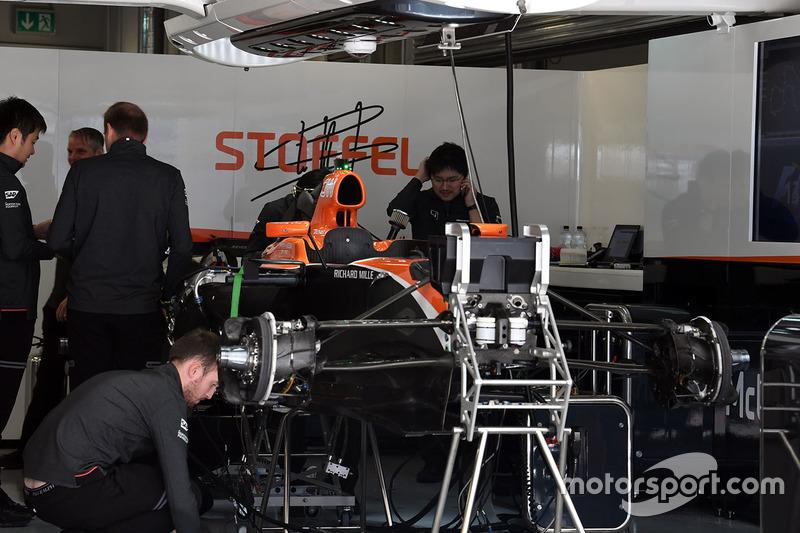 Une mclaren mcl32 dans le garage gp de russie photos for Garage formule m