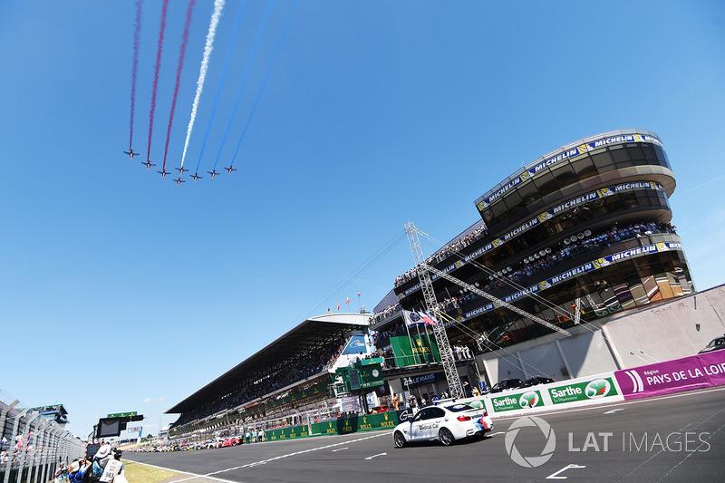 Aviones pasan por el circuito antes de la carrera