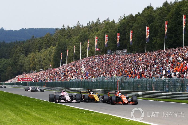 Fernando Alonso, McLaren MCL32 y Nico Hulkenberg, Renault Sport F1 Team RS17, Esteban Ocon, Sahara Force India F1 VJM10