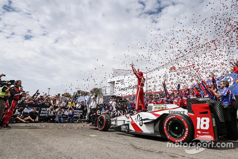 Sébastien Bourdais, Dale Coyne Racing Honda celebra en victory lane