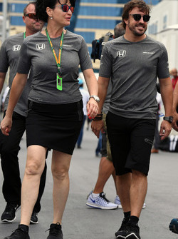 Fernando Alonso, McLaren e Silvia Hoffer Frangipane, addetta stampa McLaren