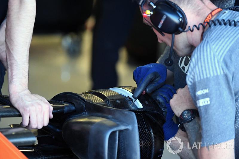 Механик McLaren работает с передней ступицей MCL32