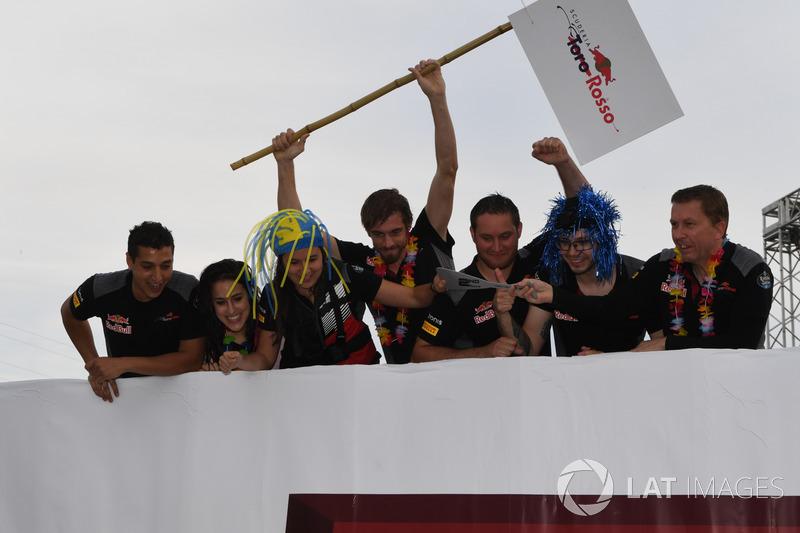 Scuderia Toro Rosso en la carrera de balsas