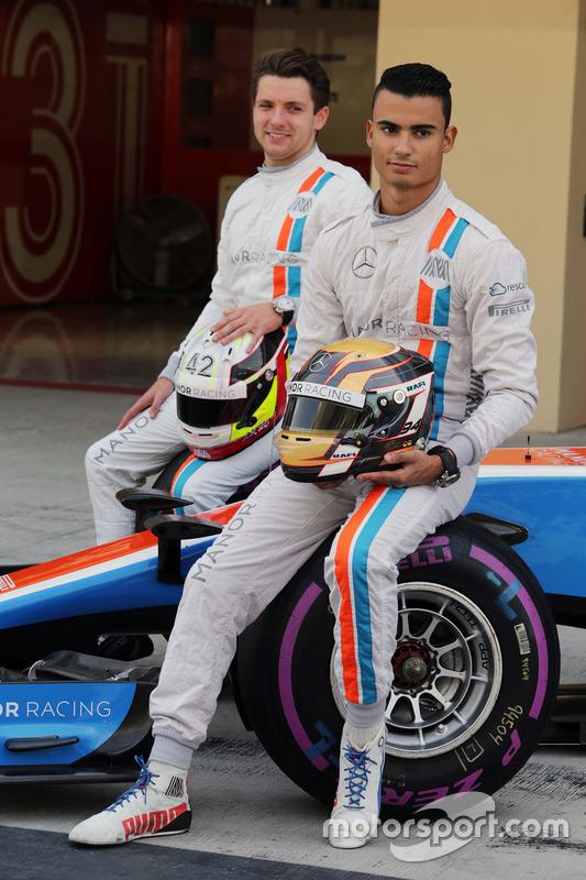 Pascal Wehrlein, Manor Racing and Jordan King, Manor Racing  pilotod de desarrollo en una fotografía de equipo