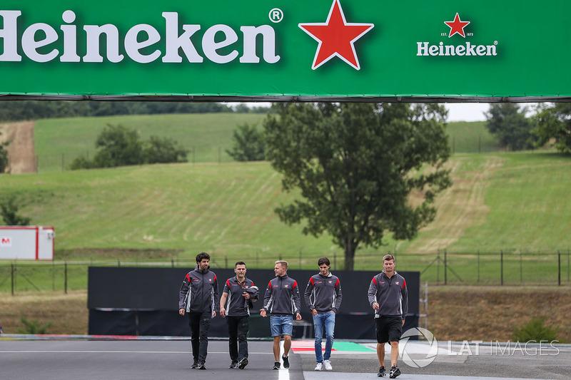 Antonio Giovinazzi, Haas F1 y Kevin Magnussen, Haas F1 caminan en la pista