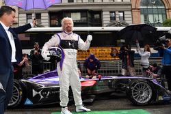 Richard Branson posa para una foto con un DS Virgin Racing Spark