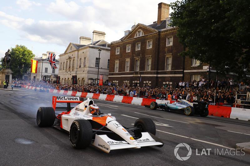Стоффель Вандорн (McLaren MP4/6) і Валттері Боттас (Mercedes AMG)