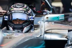 Valtteri Bottas, Mercedes AMG F1, en el cockpit con la visera abierta