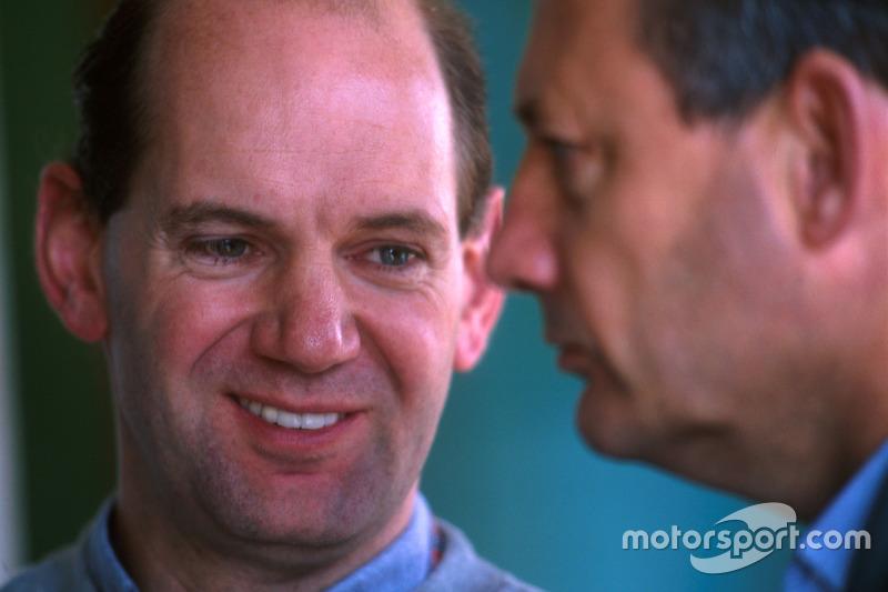 А главным трансфером перед сезоном-1998 стал переход знаменитого конструктора Эдриана Ньюи из Williams в McLaren. Именно он руководил разработкой шасси MP4-13 с хитрой системой раздельного привода тормозов с подруливанием