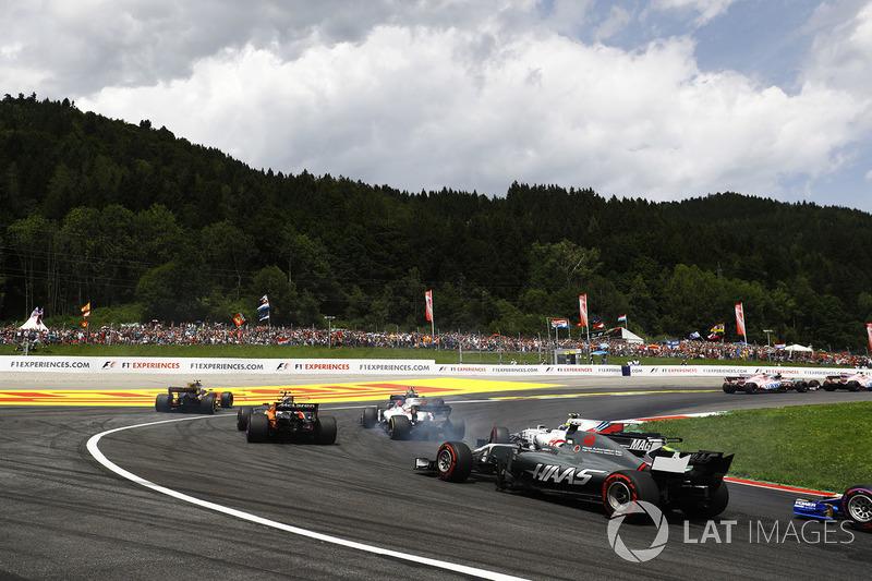 Кевін Магнуссен, Haas F1 Team VF-17, шасі Ленса Стролла, Williams FW40, Феліпе Масса, Williams FW40, Стоффель Вандорн, McLaren MCL32, Джоліон Палмер, Renault Sport F1 Team RS17 поза трасою та Карлос Сайнс-молодший, Scuderia Toro Rosso STR12