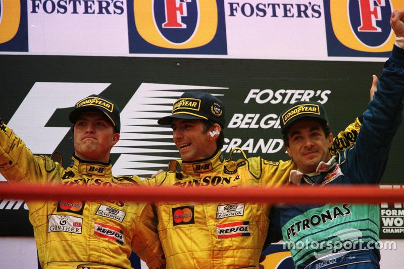Podio: ganador de la carrera Damon Hill, Jordan, segundo lugar Ralf Schumacher, Jordan; tercer lugar Jean Alesi, Sauber