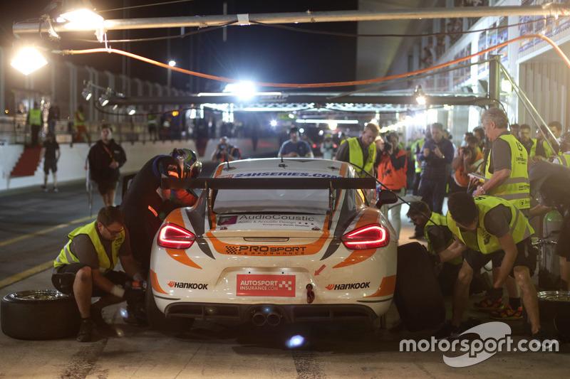 Pit stop #68 Black Falcon Porsche 991 Cup: Saud Al Faisal, Saeed Al Mouri, Anders Fjordbach, Alexander Toril