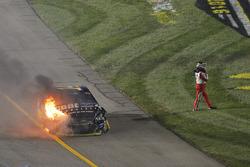 طوني ستيوارت، ستيوارت – هاس ريسينغ يخرج بعيداً عن سيارته بعد الحادث