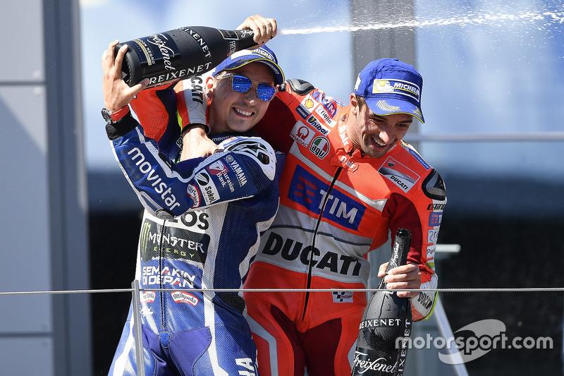 Il terzo classificato Jorge Lorenzo, Yamaha Factory Racing, il vincitore della gara Andrea Iannone,
