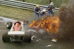 Niki Lauda, Ferrari 312T2 en llamas tras estrellarse cerca de la curva de Bergwerk