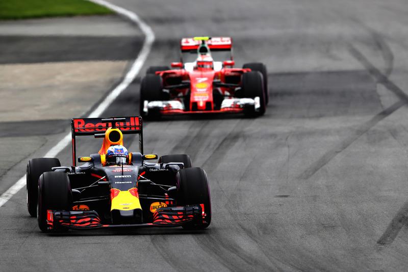 Daniel Ricciardo, Red Bull Racing RB12 precede Kimi Raikkonen, Ferrari SF16-H