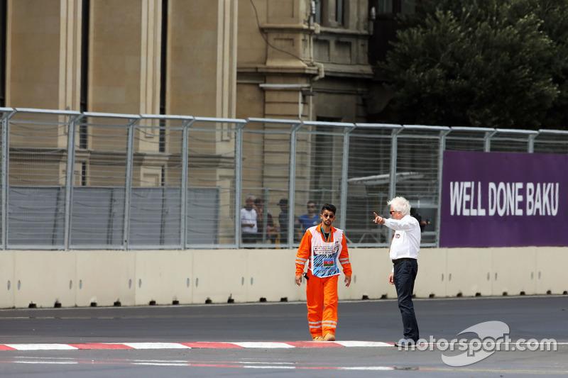 Чарлі Уайтінг, делегат FIA, оглядає трасу після відкладеної GP2  кваліфікації