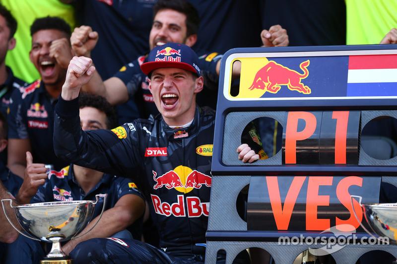 4. El ganador de la carrera, Max Verstappen, celebra con el equipo